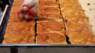 たい焼き ふくちゃん 鯛焼きをハサミで切る