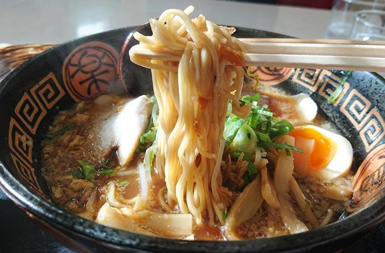スペシャル醤油ラーメン 麺