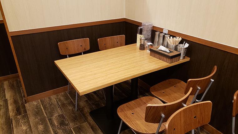 とりそばトシゾー テーブル席